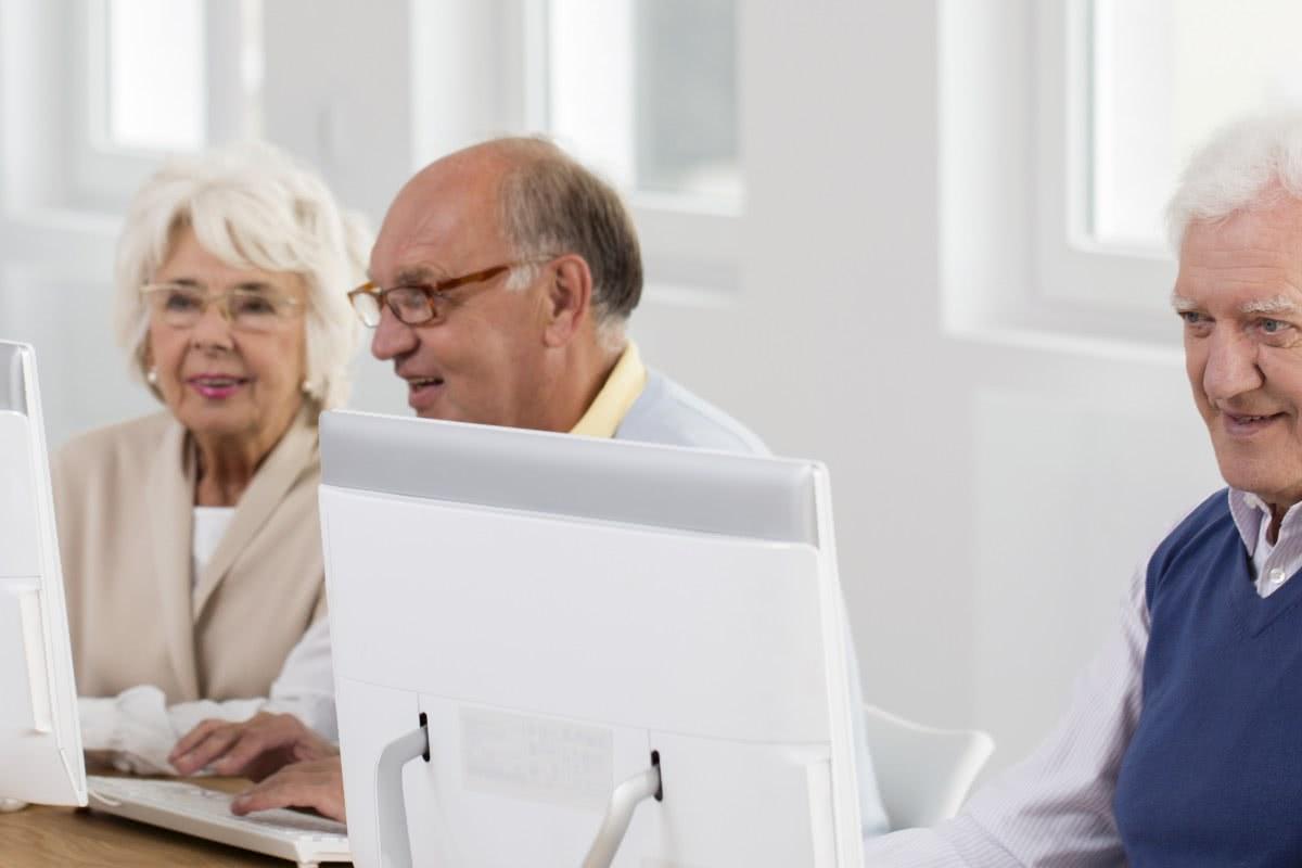 seniorzy w kawiarence internetowej
