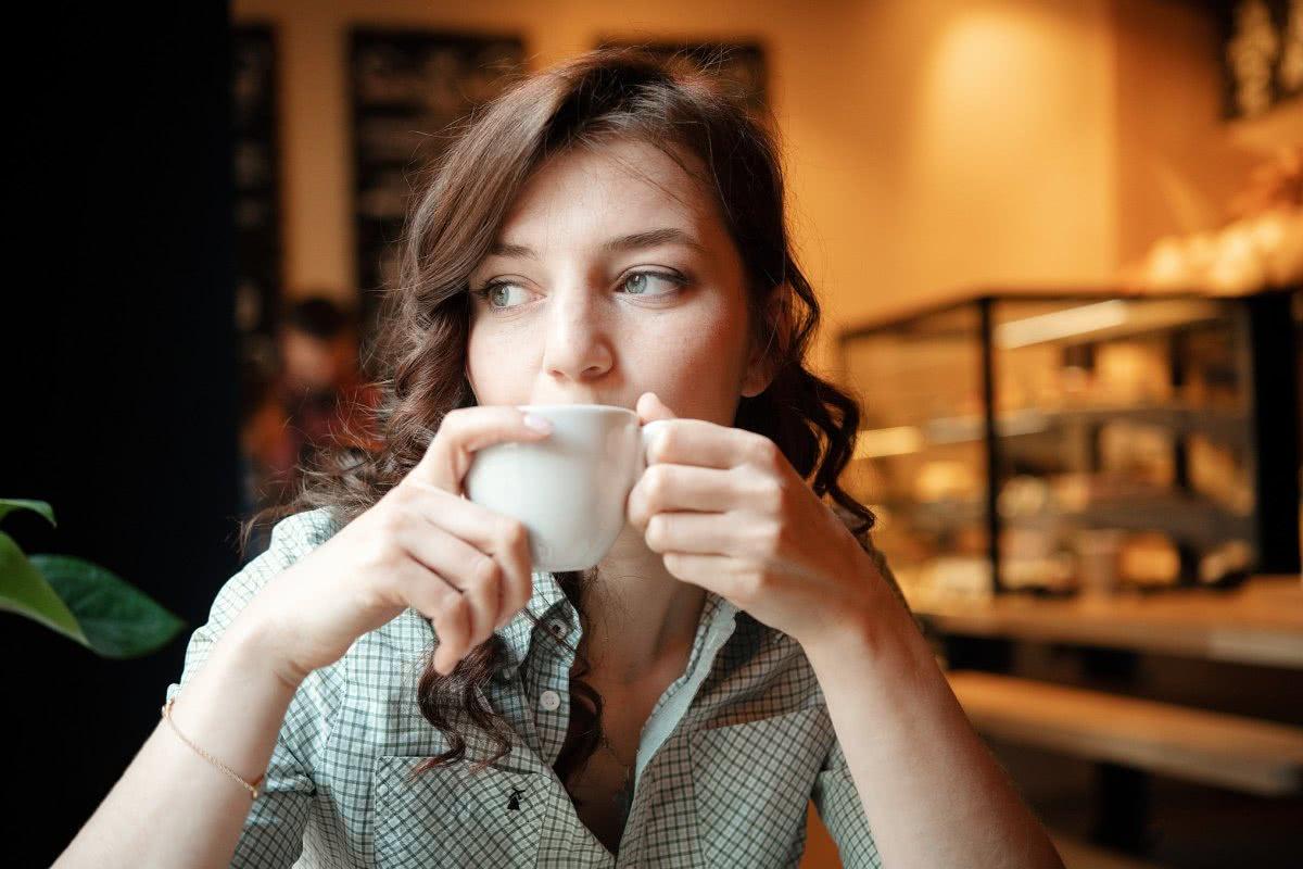 młoda dziewczyna delektuje się wspaniałą herbatą