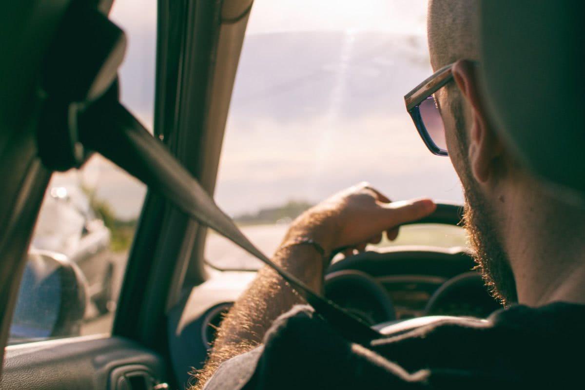 kierowca w okularach polaryzacyjnych