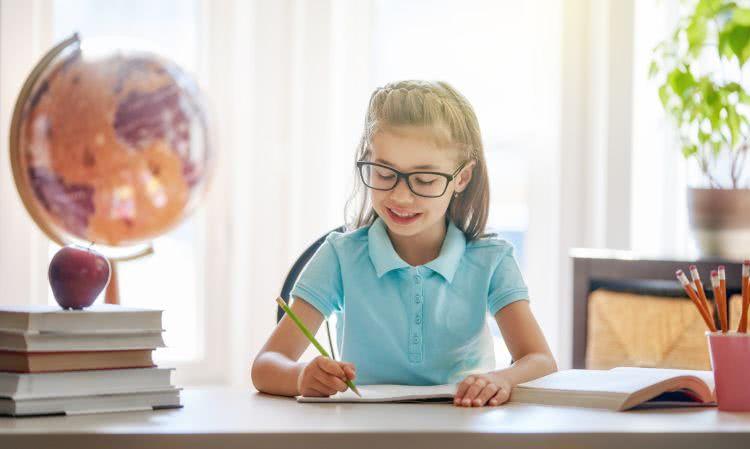 dziecko przy biurku uczy się