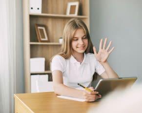 młoda dziewczyna przygotowuje się do egzaminu